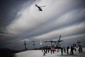 La falta de neu obliga una estació d'esquí a portar-la en helicòpter