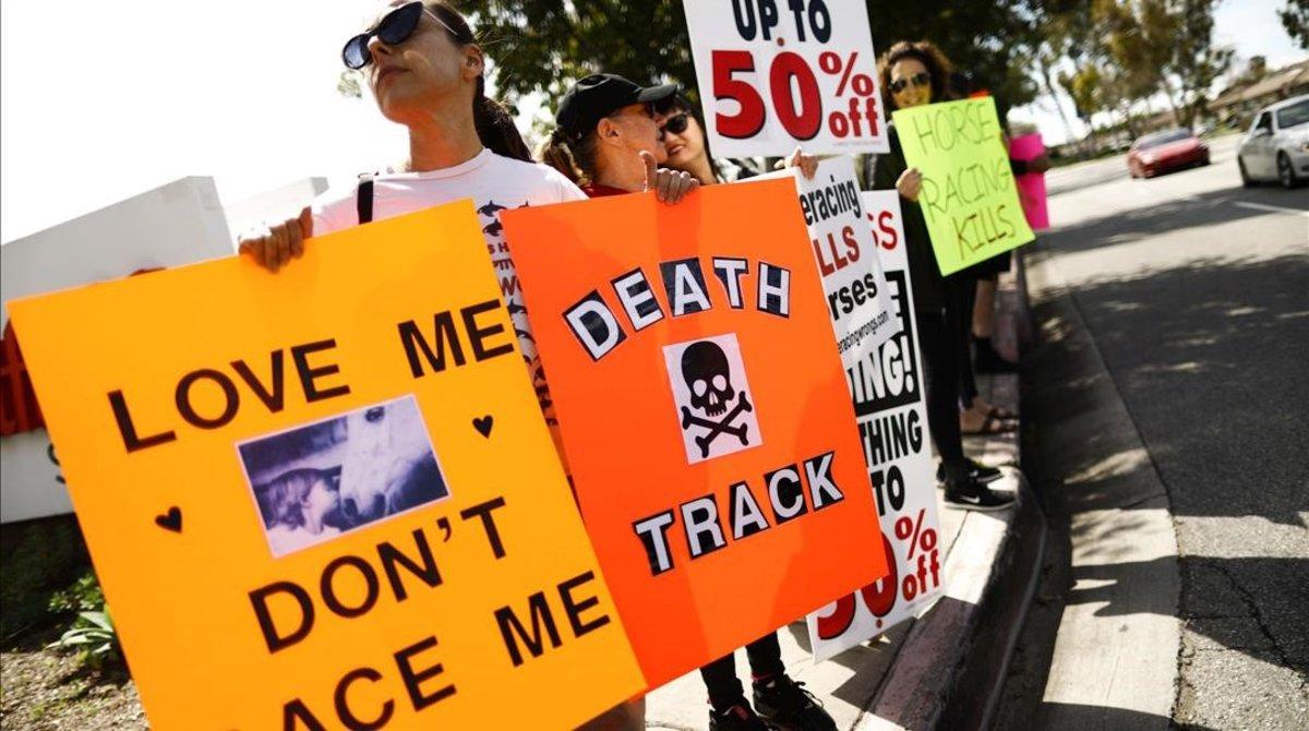Activistas defensores de los derechos de los animales protestan, en la puerta del hipódromo de Santa Anita (Arcadia, California, EEUU), por la muerte de 22 purasangres.