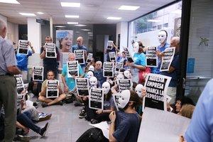 Activistas del 'Tsunami Democràtic', en el interior de la oficina de CaixaBank del Torrent de l'Olla, este miércoles.
