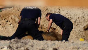 Agentes expertos de la policía alemana trabajan en la desactivación de una bomba de la Segunda Guerra Mundial en Berlín.