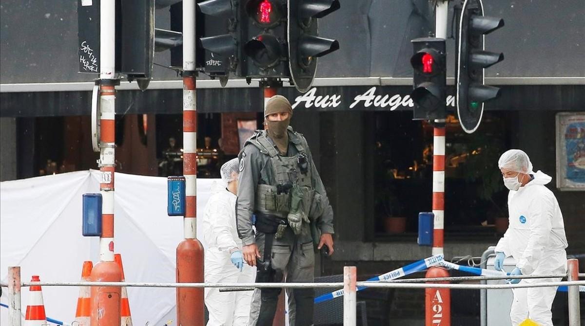 Agentes de la policía forense belga inspeccionan el lugar del tiroteo de este martes en Lieja.