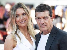 Antonio Banderas y su novia, la modeloNicole Kimpel posan en el 'photocall' del Festival Internacional de Cine de Múnich.