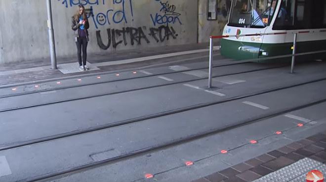 La ciutat alemanya d'Augsburg ha col·locat leds a la calçada als creuaments amb tramvies perquè fins i tot els queno aparten la mirada del mòbil sàpiguen quan està en vermell.