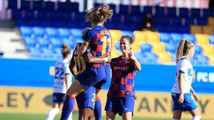 Alexia y Marta felicitan a Oshoala por el primer gol.