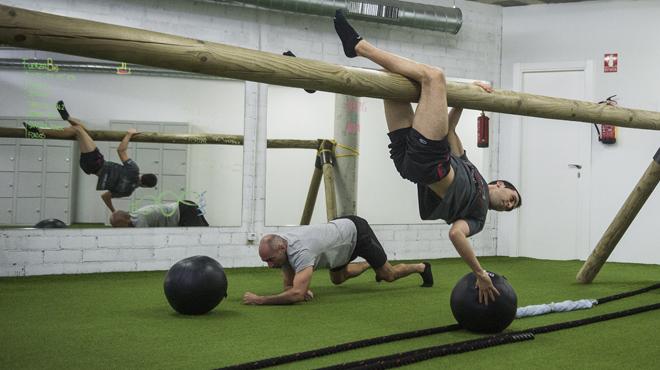 Nuevas formas de ejercitarse en el gimnasio a partir del ejercicio diario que realizaban nuestros antepasados, pero que muy antepasados, para sobrevivir.
