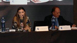 La jueza Amagoia Serrano y Alfonso Gómez, del consejo directivo de Refor, durante la jornada XV Fórum Concursal organizado por el Col·legi d'Economistes de Catalunya.
