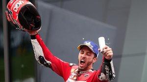 Andrea Dovizioso celebra, en Spielberg (Austria), su victoria ante Marc Márquez (Honda).