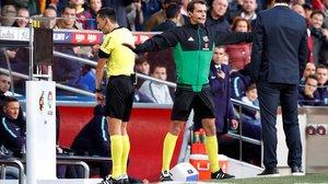 El árbitro Sánchez Martínez revisa una jugada en el monitor durante el Barça-Madrid de la Liga 18-19.