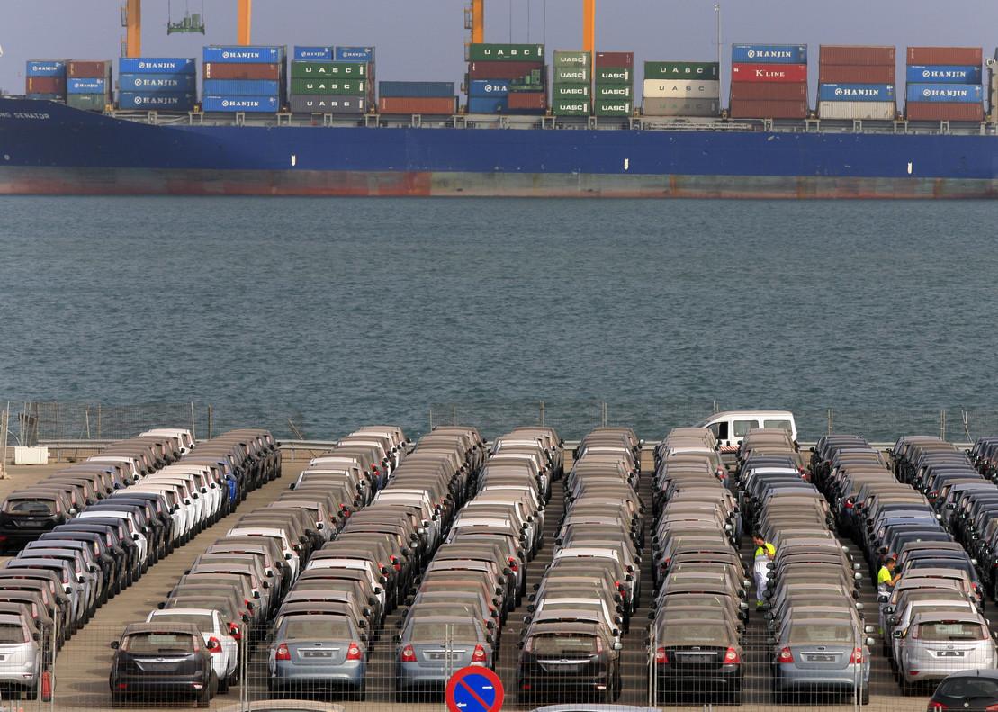 Automóviles en el Puerto de Valencia con destino a la exportación.