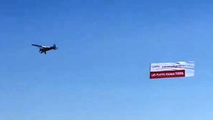 Avioneta de España Ciudadana sobrevolando las playas catalanas, este miércoles.