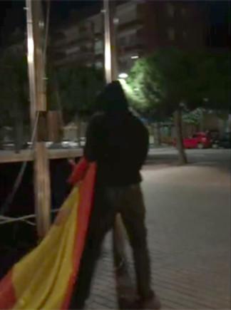 Momentposterior al robatori de la bandera espanyola de la façana de lAjuntamentde Gavà per partdunsvàndals.