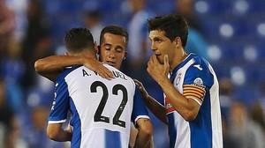 El capitán del Espanyol, Javi López, saluda a su excompañero, Lucas Vázquez.