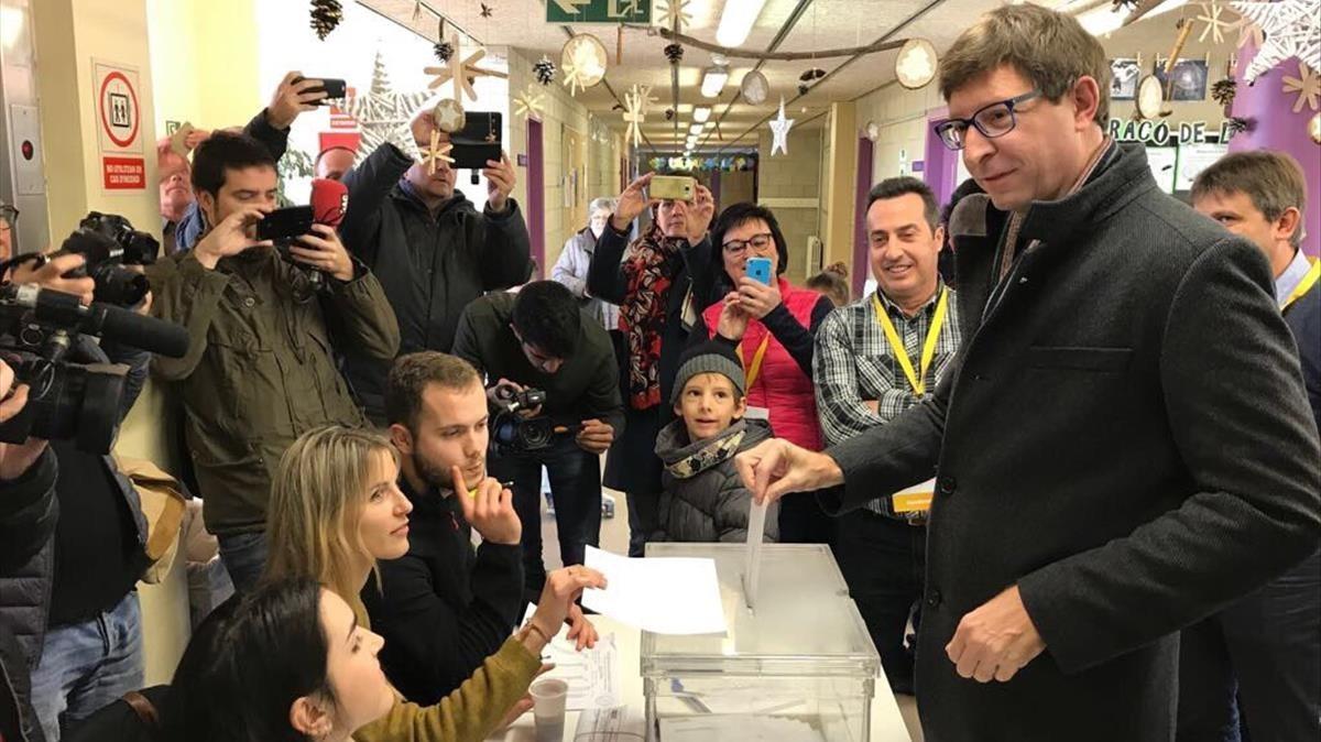 Carles Mundó votando en su colegio electoral de Gurb.