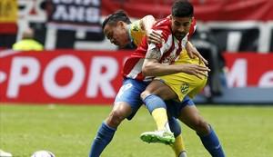 Carmona, del Sporting, y Roque Mesa, del Las Palmas, durante un partido de Liga.
