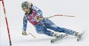 Carolina Ruiz passa una porta a Cortina d'Ampezzo.