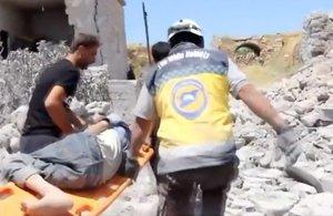 Cascos Blancos trasladan a un herido en los bombardeos de la ciudad siria de Sfuhen.