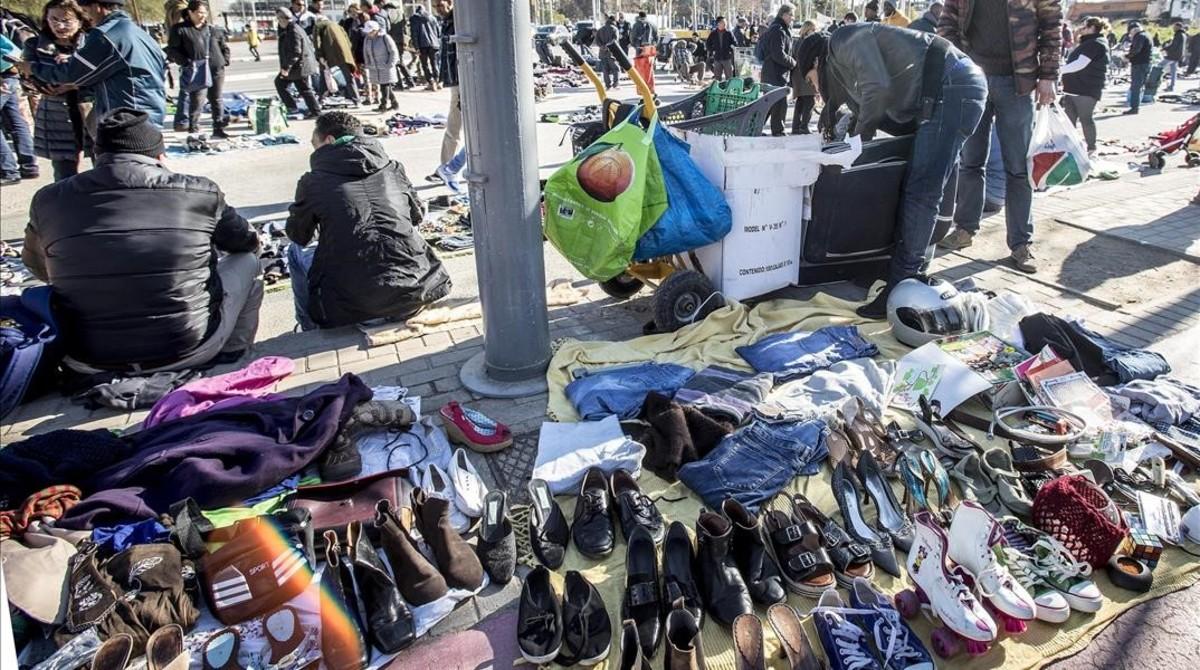 Cascos, bolsos, calzado y ropa. El catálogo de productos a la venta en los puestos de Glòries es inacabable.