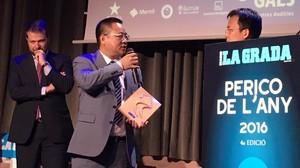 Chen Yansheng recibe el premio Perico de l'Any 2016 del diario 'La Grada'.