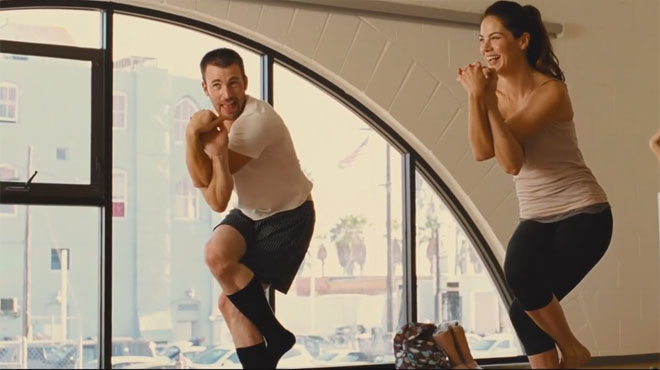 Chris Evans fracasa estrepitosamente al yoga en el videoclip Playing it cool (Jugar relajados).