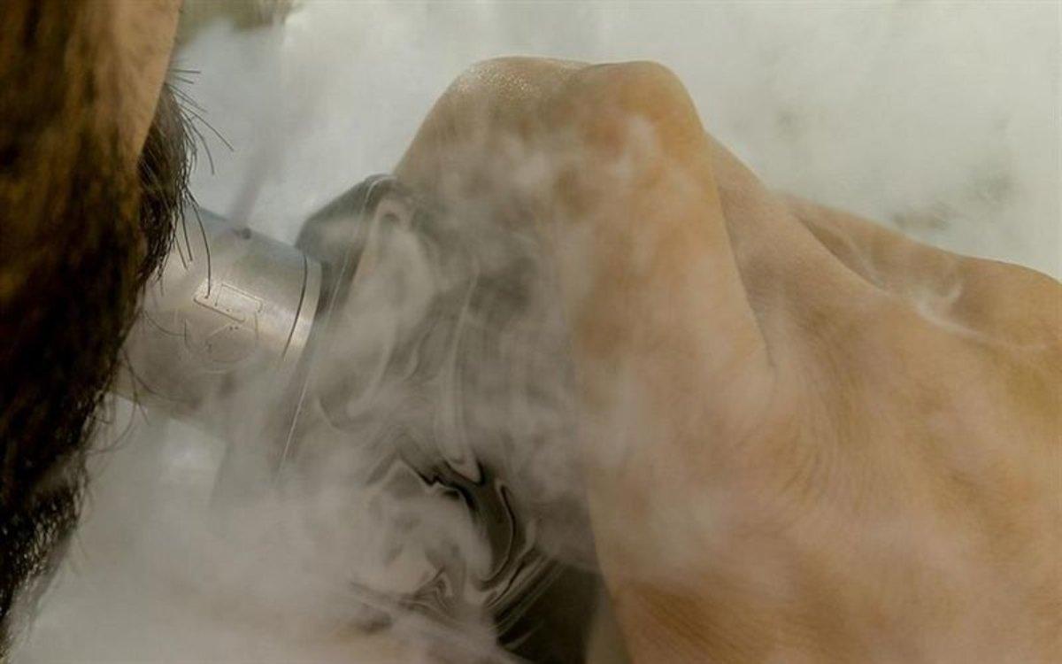 Una persona consumiendo un cigarrillo electrónico.