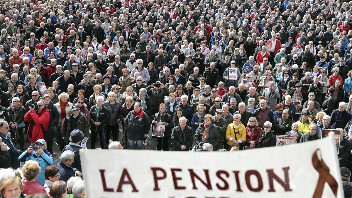Concentración de pensionistas anteel Ayuntamiento de Bilbao, el 12 de marzo de este año.