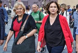 Las alcaldesas de Barcelona, Ada Colau, y de Madrid, Manuela Carmena, en una imagen de archivo.