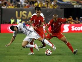 El colombiano James Rodriguez pugna por el balón con los peruanos Alberto Rodriguez y Miguel Trauco.