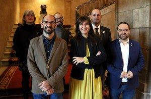 La consellera de Cultura, Laura Borràs, el alcalde de Sabadell, Maties Serracant, junto a representantes institucionales y el comisario del Any Colla de Sabadell.