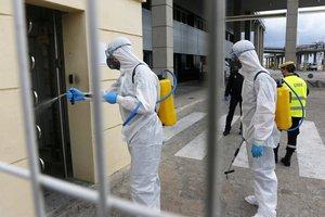 Agentes de la Unidad Militar de Emergencias hacen tareas de desinfección en el puerto de Málaga a causa del coronavirus.