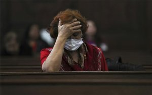 Una mujer con cubrebocas por el coronavirus.