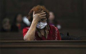 Una dona amb màscara pelcoronavirus.