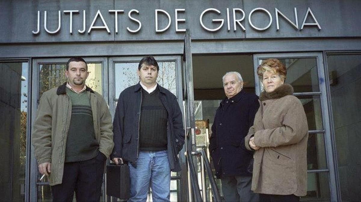 David Duaigües y su madre, con otros parientes, ante el juzgado de Girona.