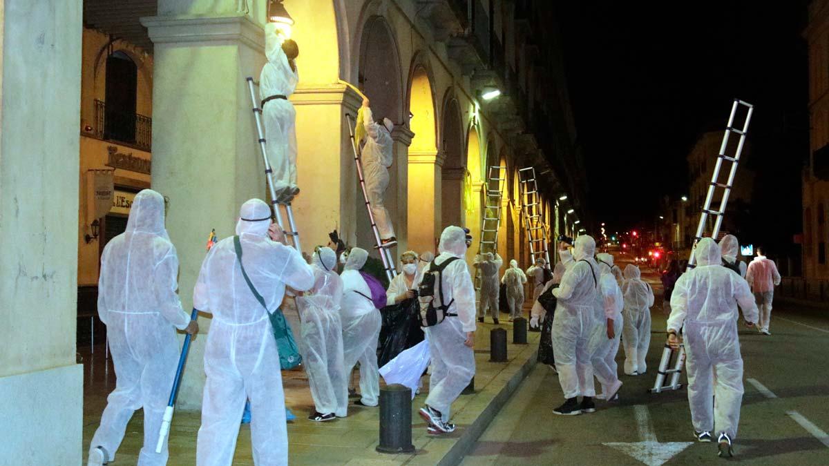Decenas de personas participan en una retirada de lazos amarillos en distintas localidades catalanas.