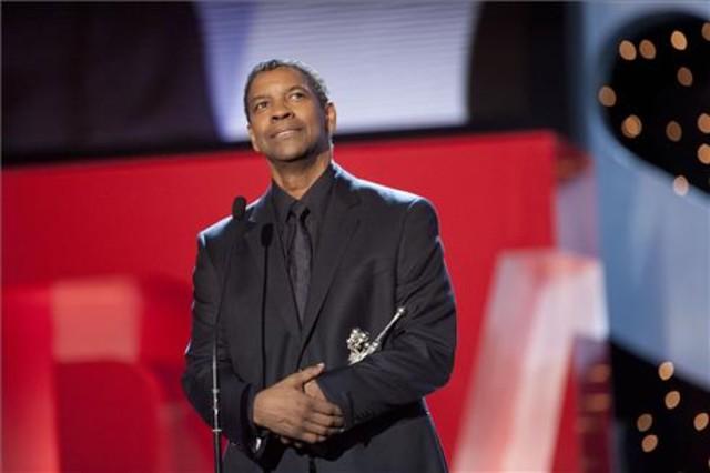 Denzel Washington agradece el premio por sus 25 años de trayectoria profesional.