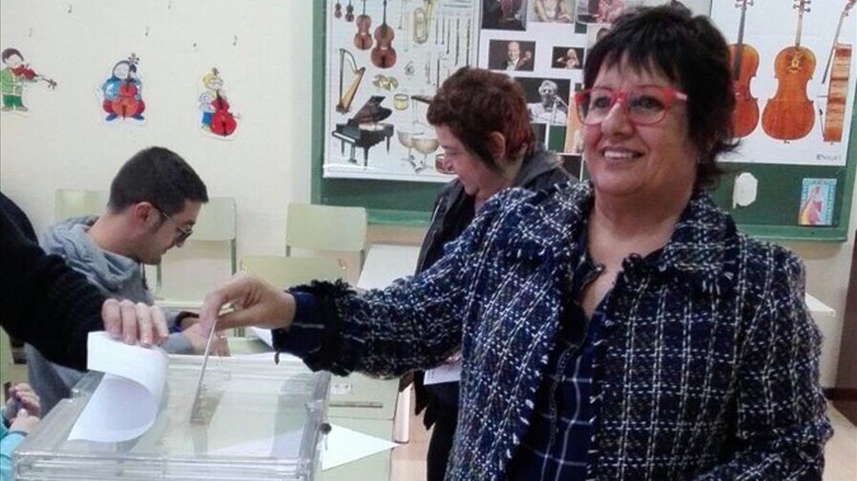 Dolors Bassa votando enTorroella de Montgrí.