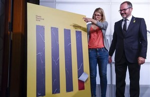 La 'consellera' de Presidència, Elsa Artadi, y y el vicepresidente del ParlamentJosep Costa presentan el cartel de la Diada del 2018