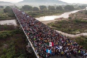 Emigrantes hondureños que se dirigen en caravana a Estados Unidos, a la salida de San Pedro Tapanatepec en el sur de Méjico.