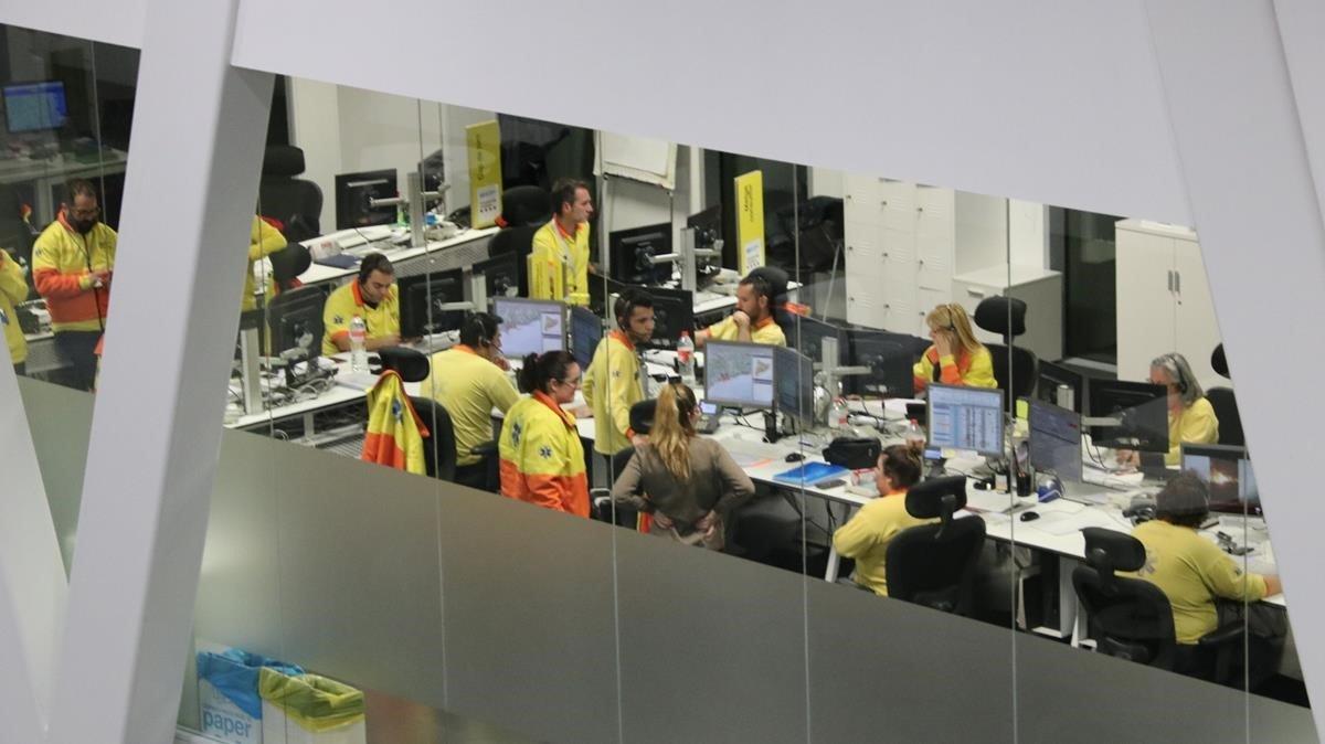 Equipos de emergencia trabajando en el edificio del 112 de Reus, el pasado día 14.