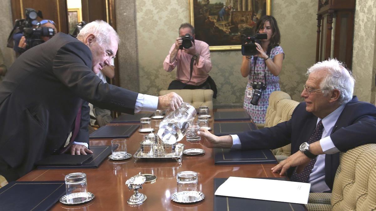 El consellerErnest Maragall y el ministro Josep Borrell, durante una reunión que mantuvieron en el Ministerio de Exteriores.