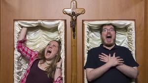 Eulàlia Pujades y Josep Brull (Die Helden), en los ataúdes de Catalepsia. «Vive tu propio entierro», ofrece este escape room.