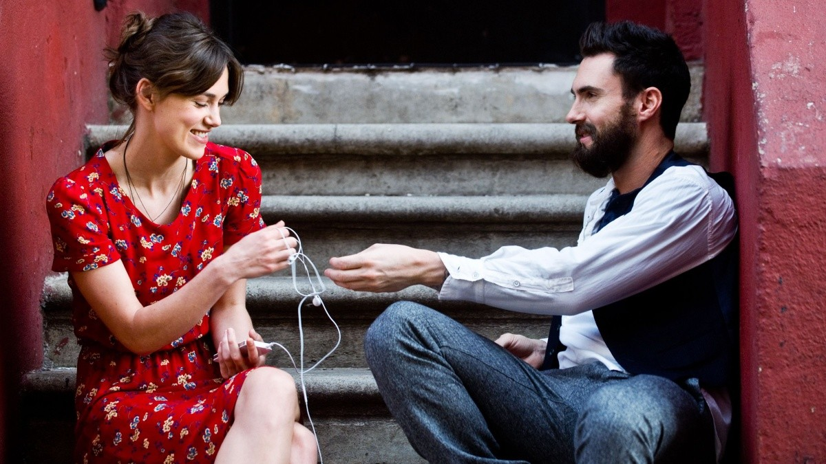 Escena de Begin Again con Adam Levine.