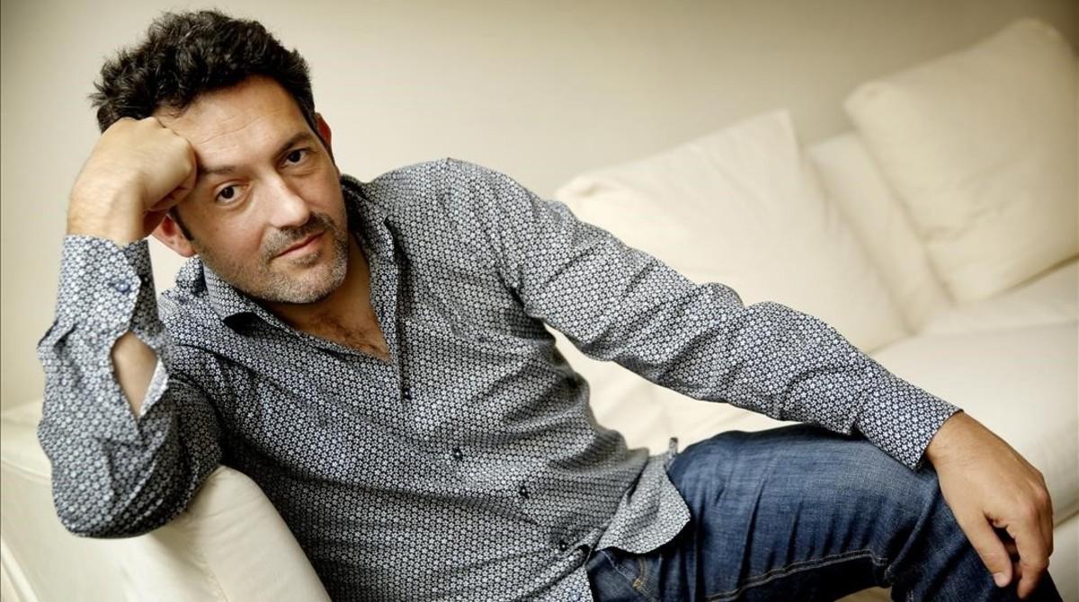 El escritor Mikel Santiago.