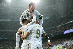 La escuadra blanca celebrando el tanto de Benzema