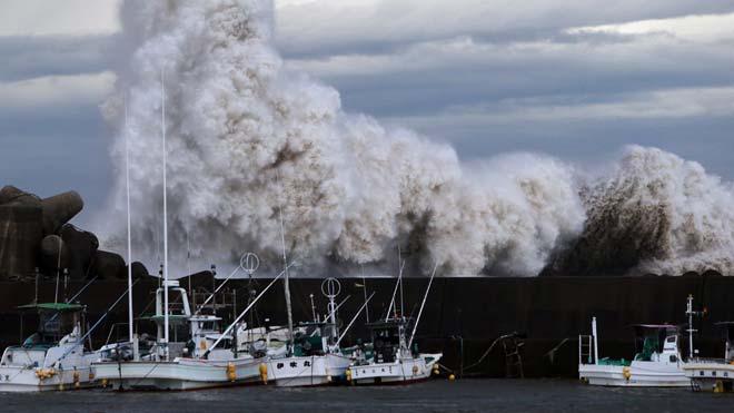 Especial clima. Fenómenos extremos. En la foto, una ola gigante tras el paso de un tifón en Japón.
