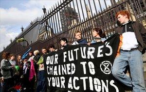 Miembros del grupo ecologista Extinction Rebellion protestan ante el Parlamento británico en Londres, el 3 de mayo.