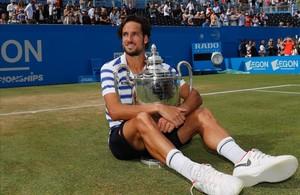 Feliciano López posa con su mejor trofeo.