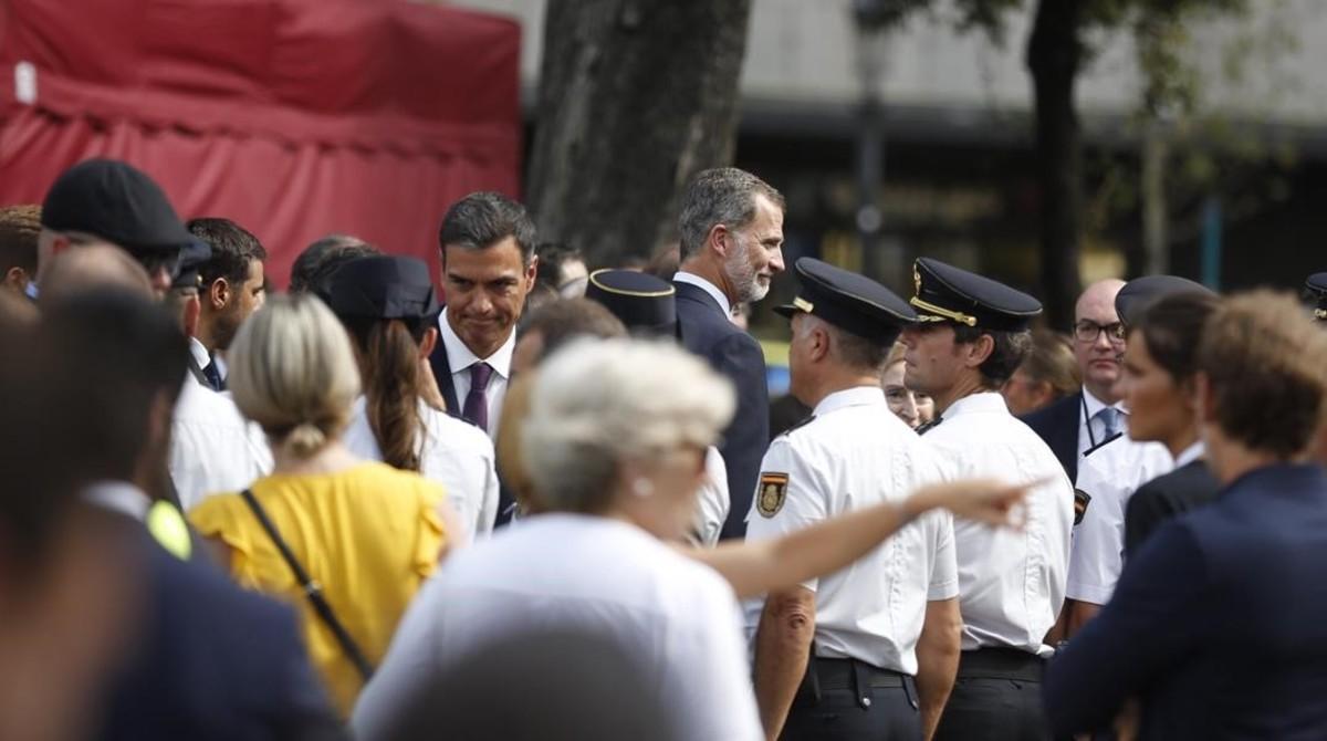 Felipe VI y Pedro Sánchez, en el homenaje de plaza de Catalunya.