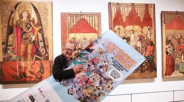 Francisco Ibáñez, con el cartel que ha realizado para el Salón del Cómic de Barcelona, en una de las salas góticas del MNAC, este jueves.