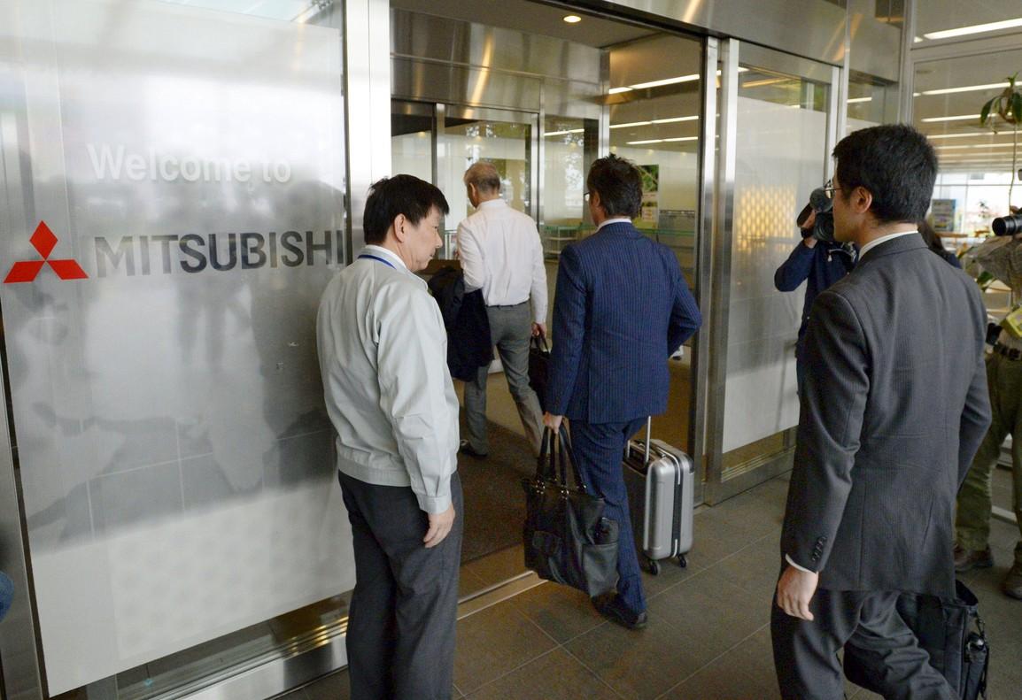 Funcionarios del ministerio de Transportes acceden a las oficionas de Mitsubishi Motors, este jueves, en Okazaki.
