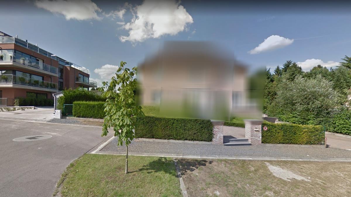La mansión de Puigdemont en Waterloo, difuminada en Google Maps.